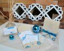 Tikay (Florecer) - Las iniciales de los novios se destacan sobre papel nacarado, brindando un detalle más personalizado que invita a apreciar los detalles interiores.
